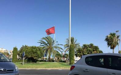 La bandera de Marruecos ondea en la rotonda de Pescadería