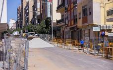 Los vecinos de la calle Ancha de Motril se quejan de que la obra va lenta porque «no hay más de seis obreros»
