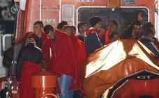 Trasladan al puerto de Almería a 27 inmigrantes que fueron rescatados al suroeste del Cabo de Gata