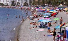 Llenazo en las playas de Granada en un sábado de sol y espetos