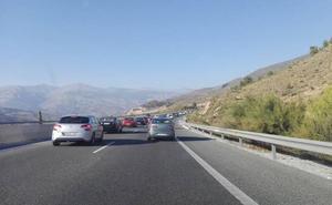 El regreso de la playa provoca kilométricas retenciones en la Circunvalación de Granada