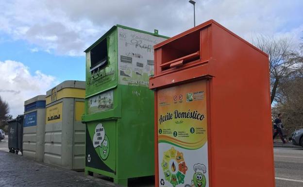 Sorprenden a una pareja con 350 litros de aceite usado sustraídos de contenedores de reciclaje de Granada
