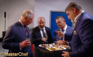 El príncipe Carlos la lía en Masterchef: no prueba ningún plato
