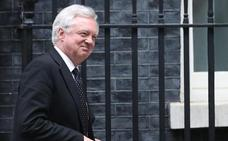 Dimite el ministro británico que negociaba el 'Brexit'