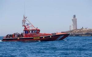 Llevan al puerto de Motril a 116 rescatados, entre ellos un bebé y varios menores, de tres pateras