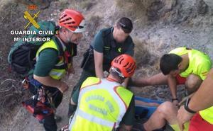 Rescatan en helicóptero a un senderista en Los Escullos-Níjar