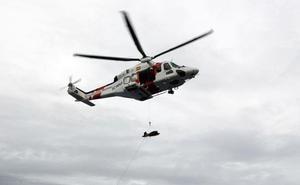 Evacuadas por helicóptero dos personas rescatadas de una patera con 54 personas en aguas de Alborán