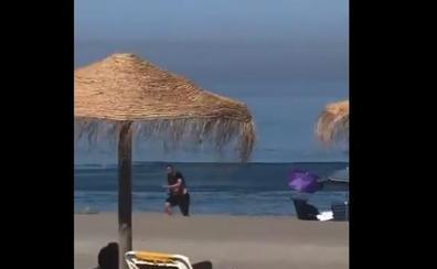El vídeo de un 'narco' huyendo a pie por una playa de Málaga abarrotada da la vuelta a España