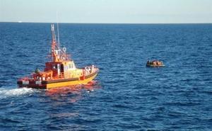 Llega a la isla de Alborán por sus propios medios una patera con 36 personas, entre ellas tres menores