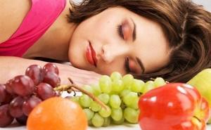 ¿Qué alimentos no debes tomar por la noche, según los expertos?
