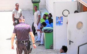 Motril vuelve a abrir su pabellón de deportes para asistir a 116 inmigrantes