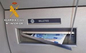 Aviso de la Guardia Civial: nunca hagas esto en un cajero al sacar dinero