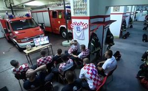 La reacción de los bomberos de Croacia al sonar la alarma en plena tanda de penaltis