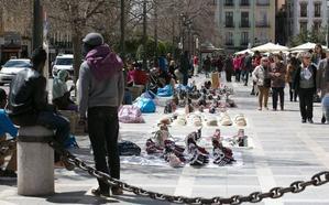 Hasta 7.000€ de multa si compras bolsos o pulseras en la calle: la ley que divide a Europa