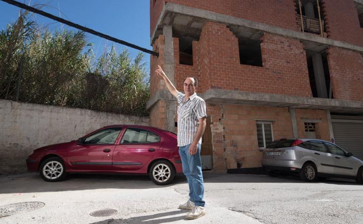 Unos cables de electricidad atraviesan una vivienda de un vecino de Órgiva