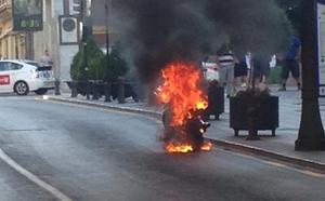 Arde una moto en la calle Reyes Católicos de Granada