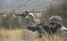 El jefe de la División 'Castillejos' visita las jornadas de combate en desierto