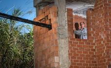 Un vecino de Órgiva pide que retiren un enorme cable de suministro eléctrico que atraviesa su casa