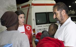 Llegan a Motril 116 personas rescatadas de dos pateras en aguas de Alborán