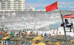 ¿Qué significan los colores de las banderas en las playas y cuándo no te puedes bañar?