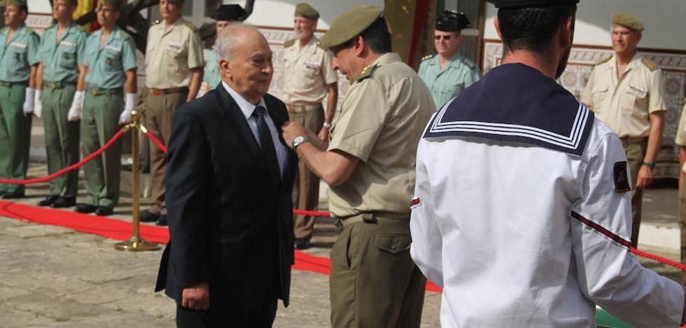 Joaquín Tapia, colaborador de IDEAL, recibe la Cruz al Mérito Militar
