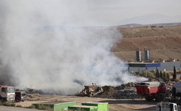 Bomberos de Granada extinguen los incendios de Armilla y Alhendín