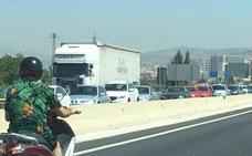 La A-44 de Granada acumula siete kilómetros de retenciones hacia la Costa