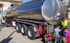 Agua en camiones cisterna para los vecinos de El Condado mientras sigue la prohibición