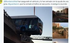 Rescatado el conductor de un autobús del Mad Cool tras quedar suspendido de un puente
