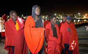 Trasladados de madrugada a Motril 41 migrantes rescatados de una patera