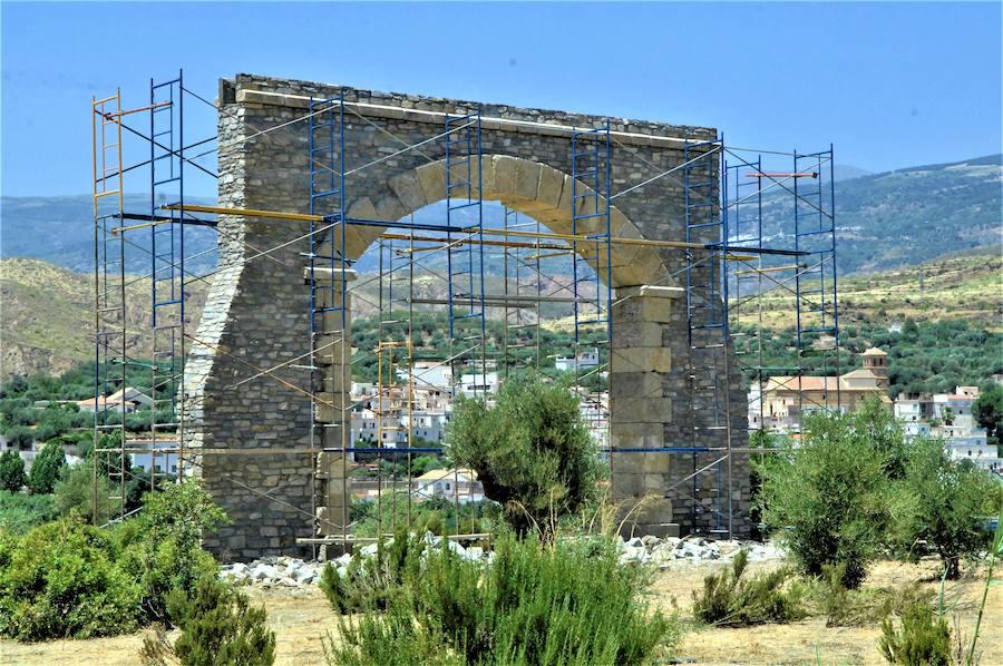 El Ayuntamiento de Ugíjar adecenta con fondos propios tres rotondas del municipio alpujarreño
