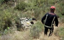 Dos heridos al caer un vehículo por un barranco de 15 metros en Granada