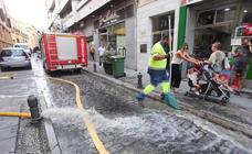 La rotura de una tubería en San Antón provoca que parte de la calle quede anegada