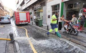 La rotura de una tubería anega los bajos de dos edificios en San Antón en el Centro de Granada