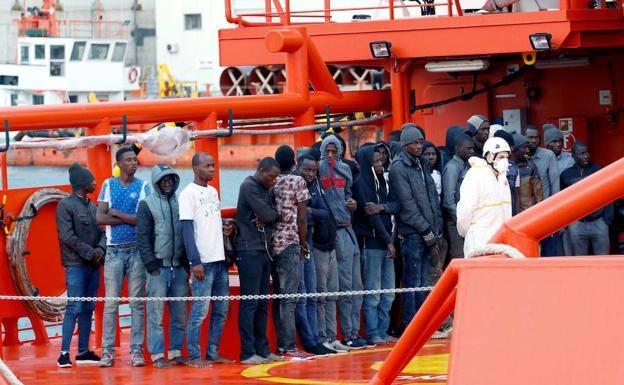 Salvamento rescata a 104 inmigrantes a bordo de dos pateras en aguas de Almería