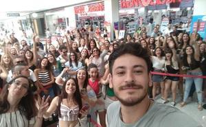 Cientos de fans acuden a la firma de discos de Cepeda en Granada