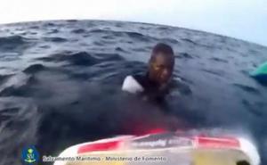 «Solo diez de las 47 personas consiguieron seguir agarradas a los trozos de embarcación»