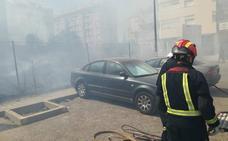 Dos mujeres afectadas por inhalación de humo en el incendio de un solar junto a la universidad en Jaén