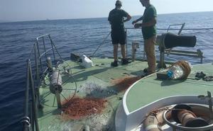 Intervienen una red de pesca en Cabo de Gata y dos fusiles acuáticos a dos hombres con 35 kilos de pescado