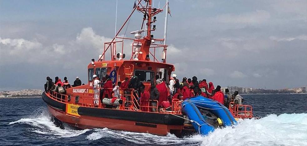 Cuatro menores y un herido entre los rescatados en una patera a la deriva