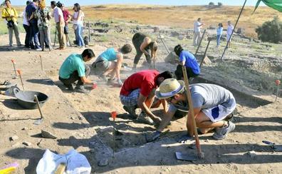 Estudiantes voluntarios excavan en la ciudad ibero romana de Cástulo