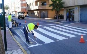 La Policía advierte de la gravedad de aparcar ocupando una parte del paso de peatones