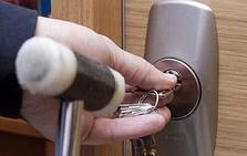 Alertan sobre las marcas que los ladrones dejan en las puertas en verano