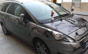 Simula una tumba en el coche de su exmujer y lo dejan en libertad sin alejamiento