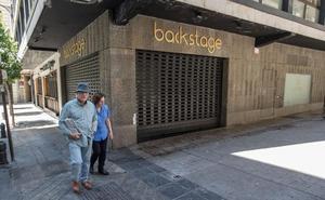 Pánico con un 'kamikaze' en pleno centro de Granada: empotró el coche contra una discoteca y circuló por una calle peatonal
