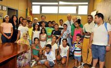 Los niños saharuis que pasan aquí el verano son recibidos por la Corporación Municipal