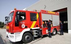 Operarios y bomberos siguen trabajando para enterrar los rescoldos del incendio de la pasada madrugada en Alhendín