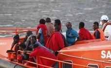 Trasladan a Almería a 18 personas rescatadas de una patera en el mar de Alborán