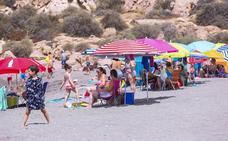 La Charca, en Salobreña: la playa que baña el castillo