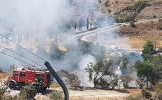 Bomberos extinguen un fuego en Camino de los Neveros
